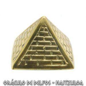 Pirámide egipcia de bronce
